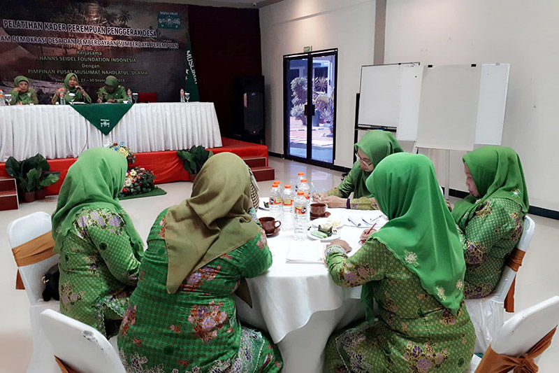 Experts explain to the participants how to better organize their economic endeavours.