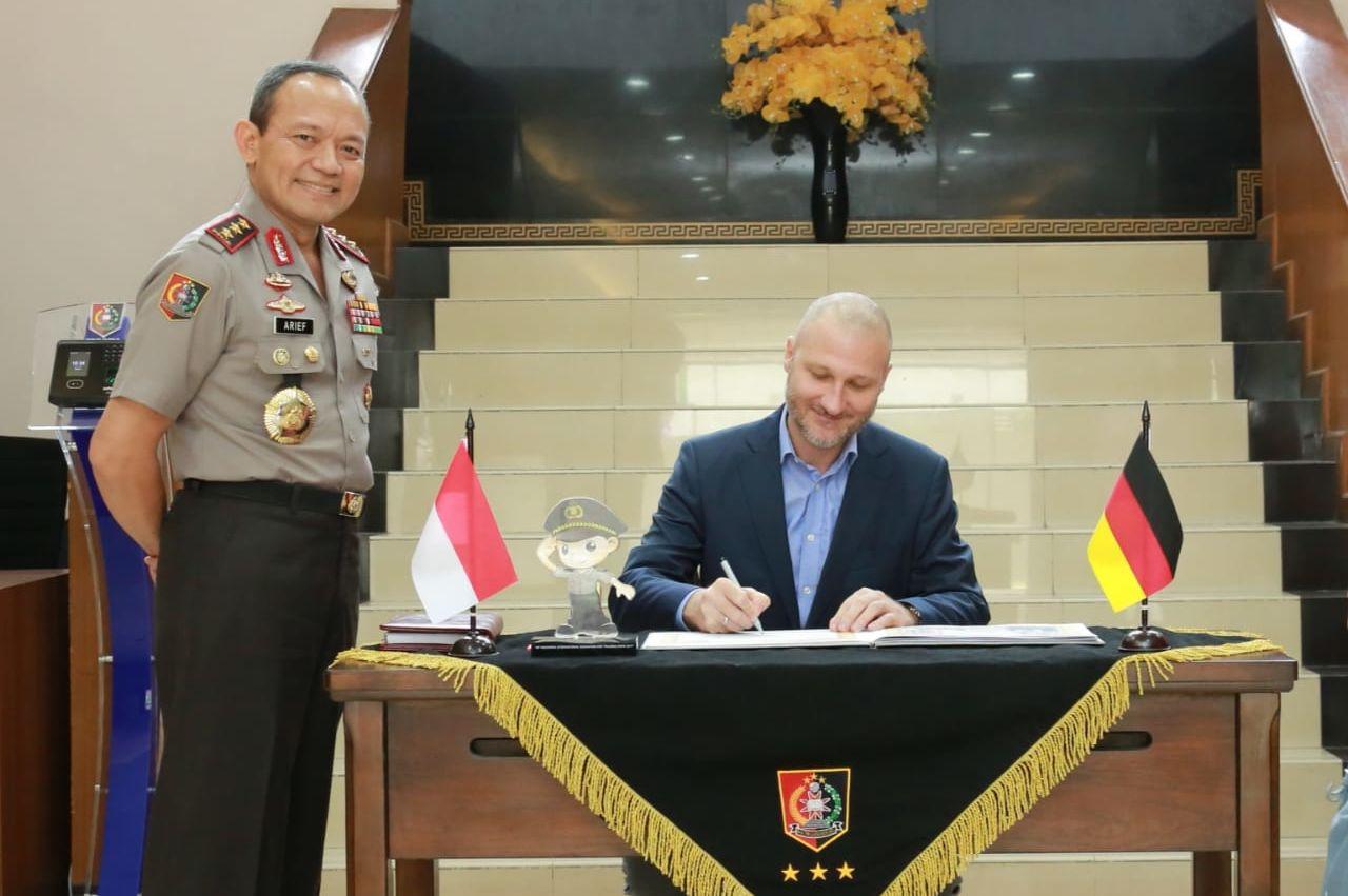 HSF Resident Representative, Dr Daniel Heilmann, signed the guest book of Lemdikpol.