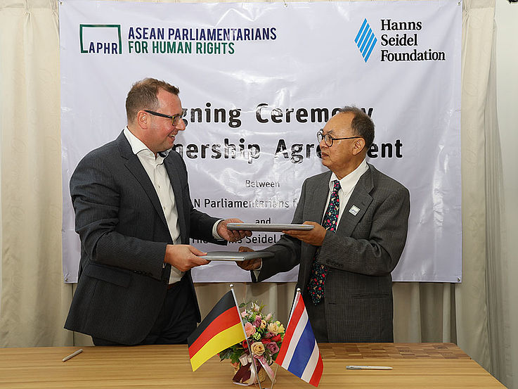 H.E. Kasit Piromya and Dr. Axel Neubert in the signing ceremony