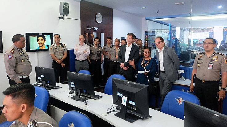 The delegation visits the traffic management centre at POLDA Bali.