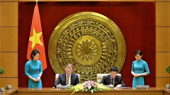 Deputy Chairman of the National Assembly Office Pham Dinh Toan and Dr. Axel Neubert, Representative of the Hanns Seidel Foundation Vietnam signing the Memorandum of Understanding